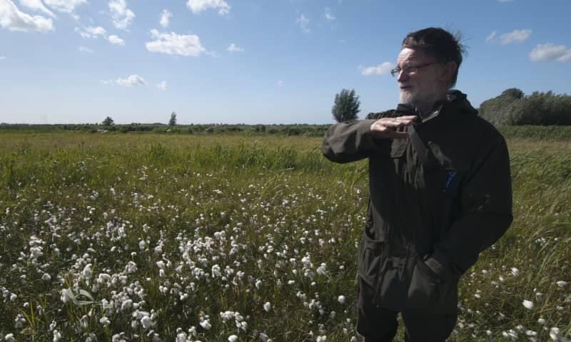 Boswachter Guus tussen veenpluis op Vlietlanden
