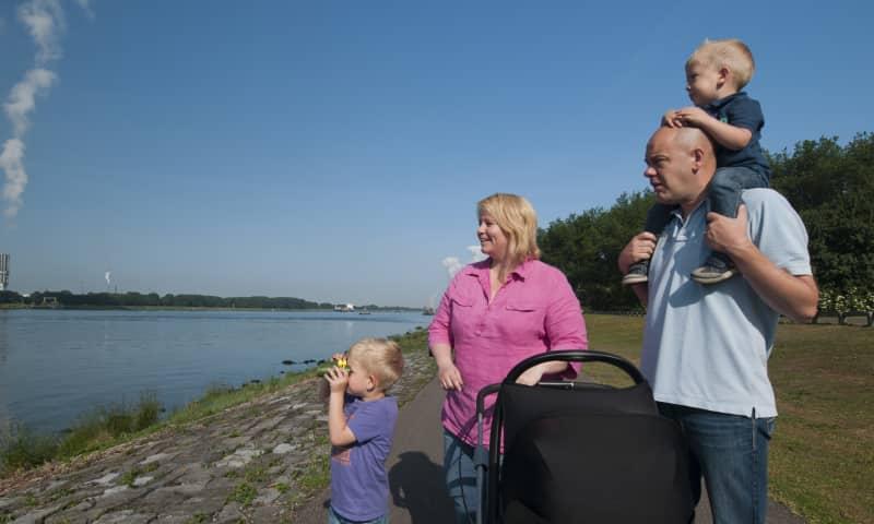 Wandelend gezin Vlietlanden Natuurmonumenten