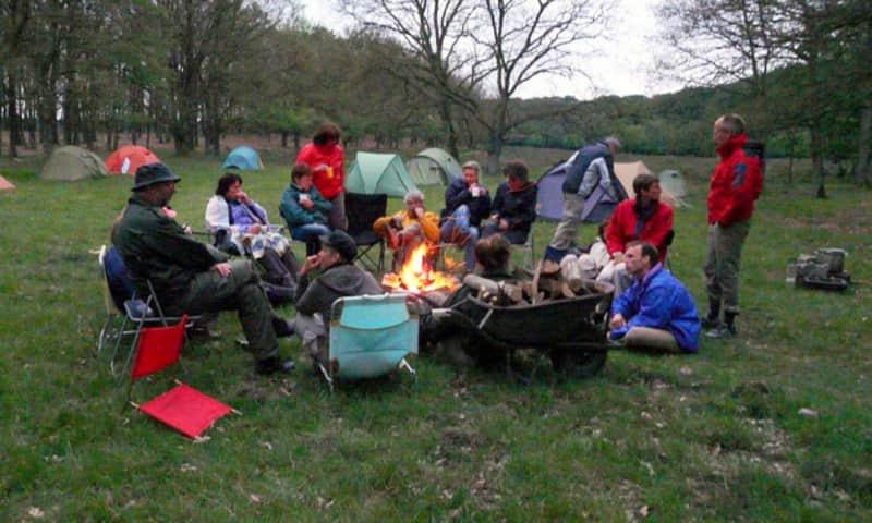 Rond kampvuur op kampeerplaats