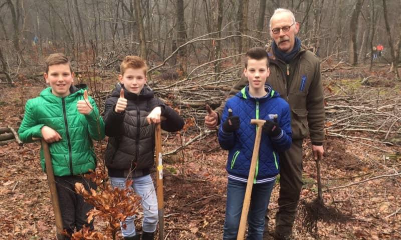 Trots boswachter Paul bij een aantal kinderen
