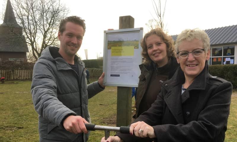 Schoolhoofd Frank de Bruin, boswachter Tineke Velthorst en wethouder Anita van Loon