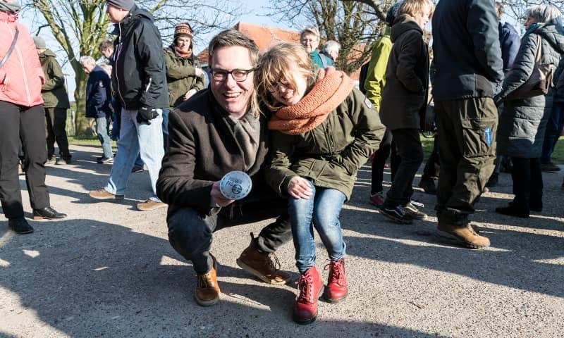 Directeur Marc van den Tweel met 'zijn' Polderpadmarkering