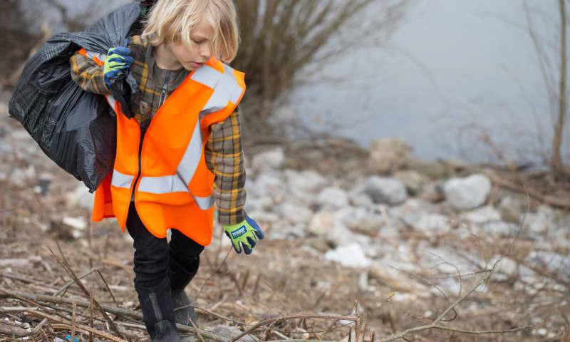 Afval opruimen met de boswachter
