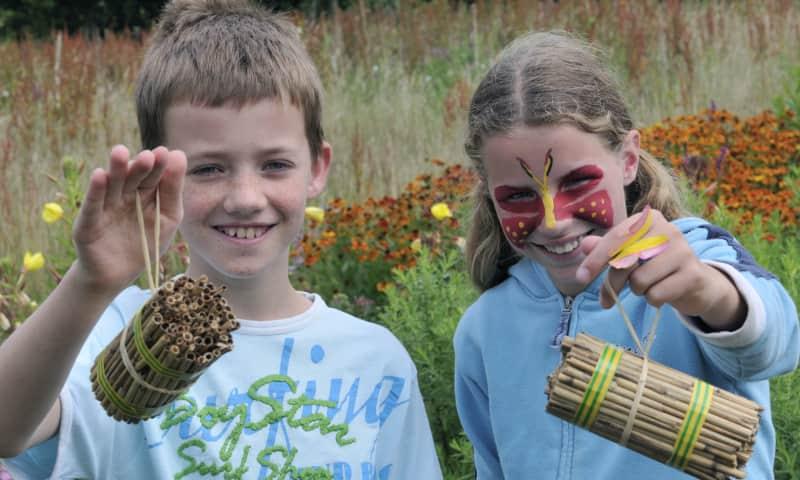 Kinderen met een insectenhotel