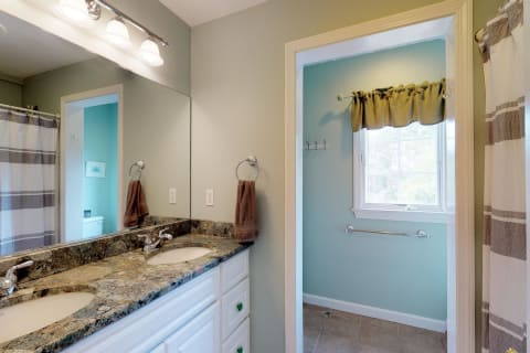 2nd Floor Bath w/Double Vanity