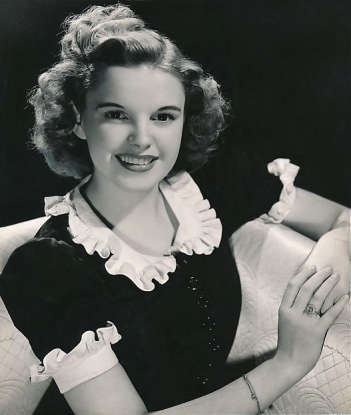 8. Which actress portrays Dorothy?