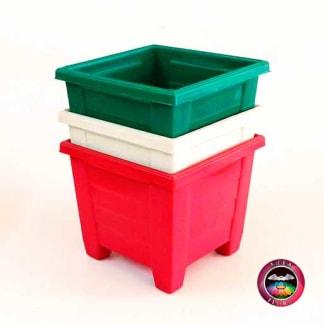 Matera plástica cuadrada con patas verde blanca roja diagonal Neea Flora