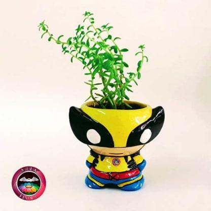 Suculenta matera cerámica superhéroes xmen Wolverine amarillo negro frontal Neea Flora