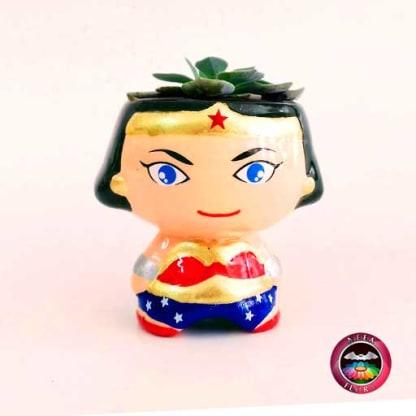 Suculenta matera cerámica super heroes Mujer Maravilla Neea Flora