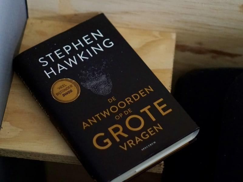 Imagem de destaque do post Conheça alguns dos livros de Stephen Hawking que foram escritos durante seus 76 anos de vida