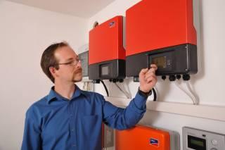 Wat is het belang van een omvormer voor mijn zonne-installatie?
