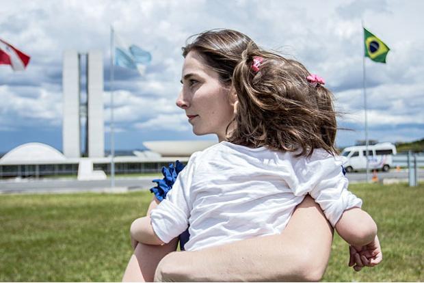 Katiele Fisher e a filha Anny em cena do filme
