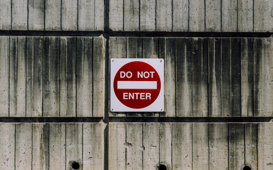 Puertas cerradas: la exclusión de la sociedad civil de las