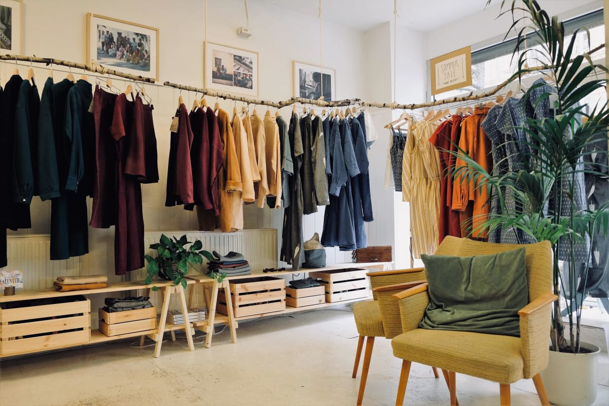 Faire Kleidung an einer Kleiderstange aus Holz