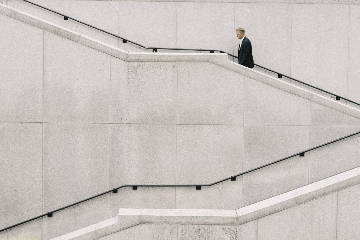 Ein Mann in Anzug auf einer Treppe