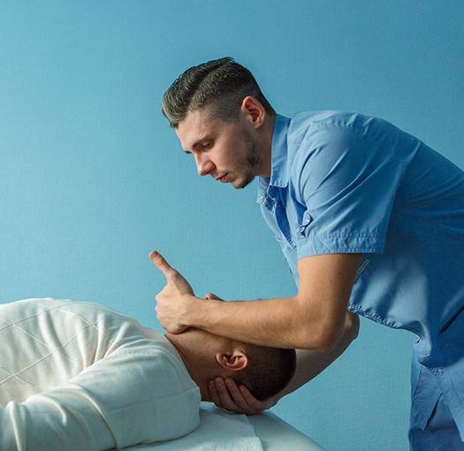 Мануальный терапевт работает