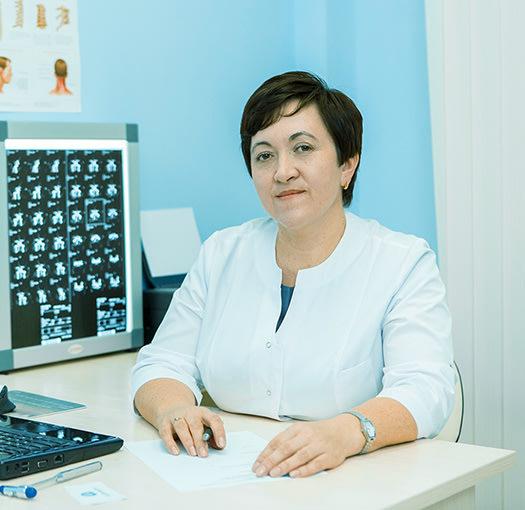 Опытный невролог на работе