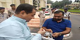 लालू प्रसाद को बेल मिलने पर विधानसभा में बांटी गई मिठाईयां,राजद विधायकों ने खुशी का किया इजहार