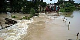 नदियों का जलस्तर बढ़ने से गांवों में घुसा पानी, अधिकारी ले रहे हालात का जायजा