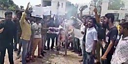 पंजीकरण नहीं करने से फूटा छात्रों का गुस्सा, मुख्यमंत्री का किया पुतला दहन