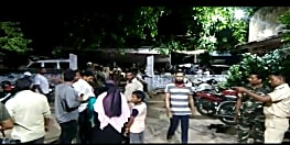 बच्चा चोरी के आरोप में भीड़ के हत्थे चढ़ा युवक, कार्रवाई को लेकर लोगों ने जमकर काटा बवाल