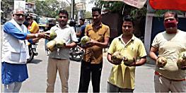 राजद सुप्रीमो लालू यादव के जन्मदिन के मौके पर गया महानगर अध्यक्ष ने गरीबों के बीच बांटे फल और मिठाई