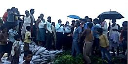 सुपौल जिले में बाढ़ के खतरे से आशांकित सड़क पर उतरे लोग, जल संसाधन विभाग के चीफ इंजिनियर का किया घेराव