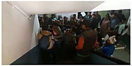 कॉलेज कैम्पस में छात्रों का हंगामा, परीक्षा नियंत्रक के साथ हुई हाथापाई
