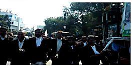 7 सूत्री मांगों को लेकर हज़ारों की संख्या में सड़क पर उतरे वकील
