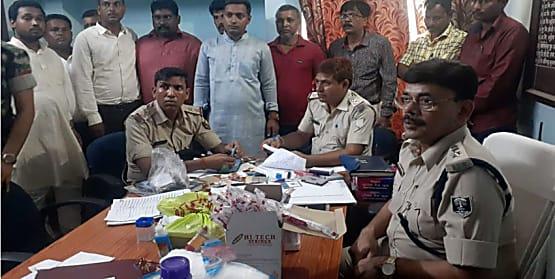 पुलिस ने किया फर्जी सरकारी नौकरी दिलाने वाले गिरोह का खुलासा, 1 महिला समेत 12 को किया गिरफ्तार