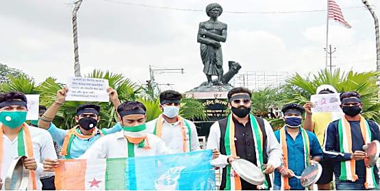 परीक्षा स्थगित किये जाने और फीस माफी को लेकर सड़क पर उतरा झारखंड NSUI, थाली बजाकर UGC के फरमान पर जताया विरोध