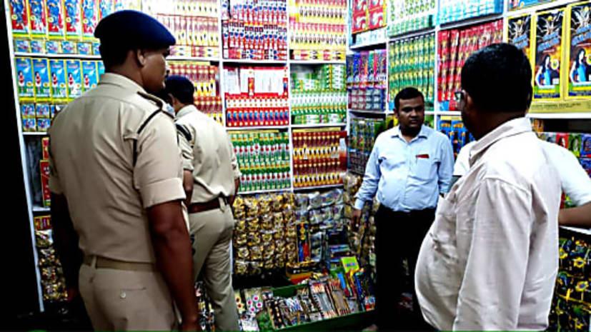 पटना में गैर लाइसेंसी पटाखा दुकानों के खिलाफ बड़ी कार्रवाई, 8 दुकाने सील, 2 करोड़ के पटाखे जब्त