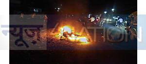 मोबाइल झपट कर भाग रहे चोर को लोगों ने पकड़ा, जमकर की पिटाई, मोटरसाइकिल किया आग के हवाले