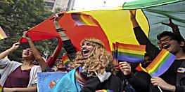 समलैंगिकों के हाथ में देखने वाले इस इंद्रधनुषी झंडे का राज़ जानते हैं आप?