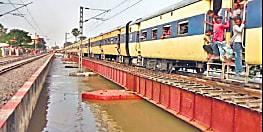 पटना-गया व बिहारशरीफ रेलखंड में ट्रैक तक आया बाढ़ का पानी, कई ट्रेने रद्द, कई के मार्ग में किया गया परिवर्तन