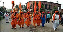 गुरु नानक देव के 550 वें प्रकाश पर्व पर निकाली गयी भव्य शोभा यात्रा, श्रद्धालुओं ने किया शौर्य का प्रदर्शन