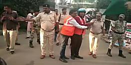 बिना हेलमेट वाहन चालकों के लिए पुलिस की अनोखी पहल, टोल प्लाजा पर बांटा गया हेलमेट