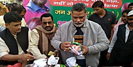 उपमुख्यमंत्री के पटना स्थित आवास पर पप्पू यादव ने बेचा 30 रूपये किलो प्याज़, कहा प्याज़ और दुष्कर्म पर बिल लाये केंद्र सरकार