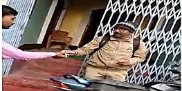 बिहार में नहीं रुक रही घूसखोरी, मुजफ्फरपुर में डाककर्मी का घूस लेते वीडियो वायरल