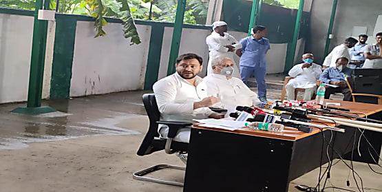 प्रवासी मजदूरों के इर्द गिर्द घूमने लगी बिहार की राजनीति, तेजस्वी यादव ने एक बार फिर से प्रवासियों को लेकर सीएम नीतीश पर किया अटैक