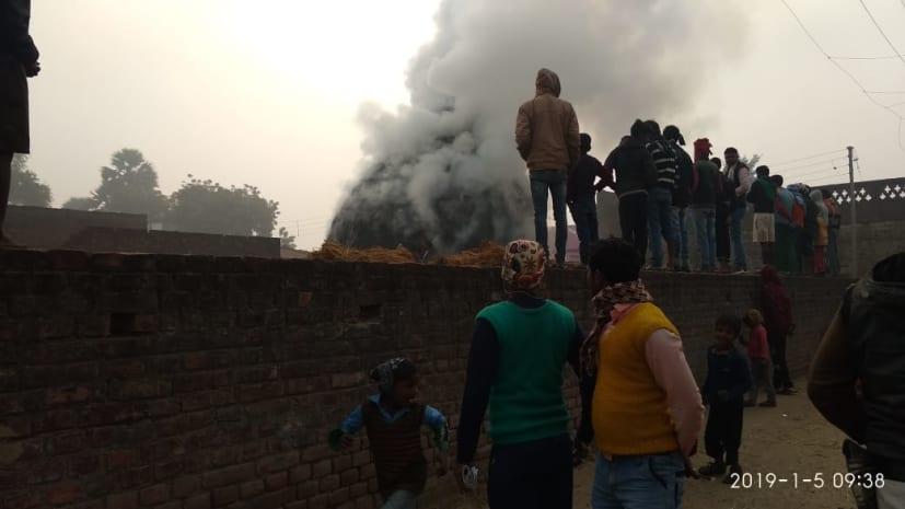 पटना: खलिहान में आग लगने से धान का सैकड़ों बोझा जलकर राख