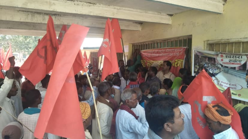 भाकपा माले के कार्यकर्ताओं ने ब्लॉक ऑफिस में ताला बंद कर काटा बवाल