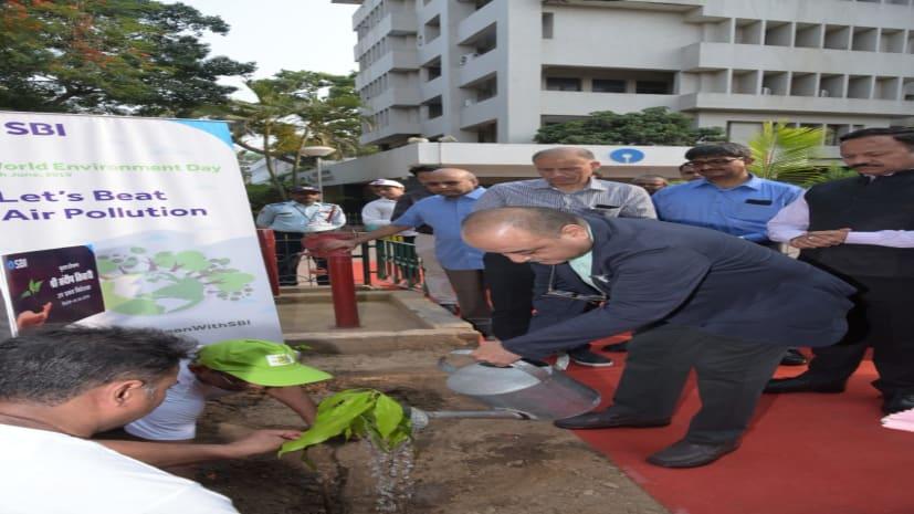 विश्व पर्यावरण दिवस पर एसबीआई के अधिकारियों ने लगाए पौधे, पर्यावरण के प्रति जागरुकता फैलाने की ली शपथ