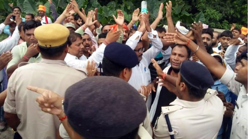 अभी-अभी : पटना में प्रदर्शन कर रहे शिक्षक हुए उग्र, संजय गांधी स्टेडियम में प्रवेश करने की कर रहे है कोशिश