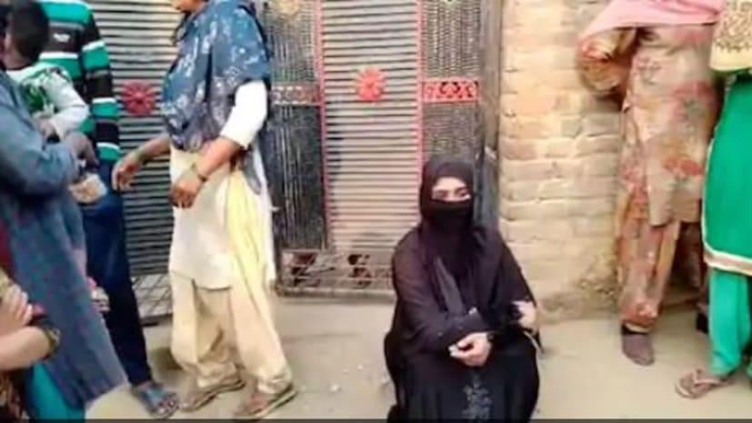 गंभीर आरोप लगाते हुए प्रेमी से शादी के लिए धरने पर बैठी प्रेमिका... दर्ज हुआ FIR...