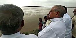 """""""गंगा में पांच फीट पानी और बढ़ा तो खतरे में पड़ जाएंगे तटबंध"""""""