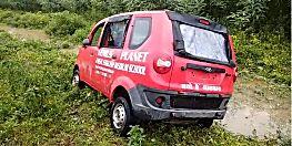 बाइक बचाने के दौरान अनियंत्रित होकर गड्ढे में पलटी स्कूली वैन, चालक की मौत