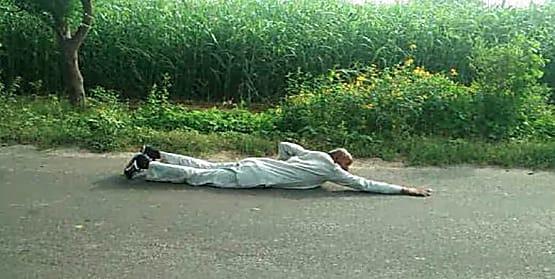 मोदी फिर बने PM, पेट के बल लेटकर 90KM की यात्रा कर रहे यह बुजुर्ग