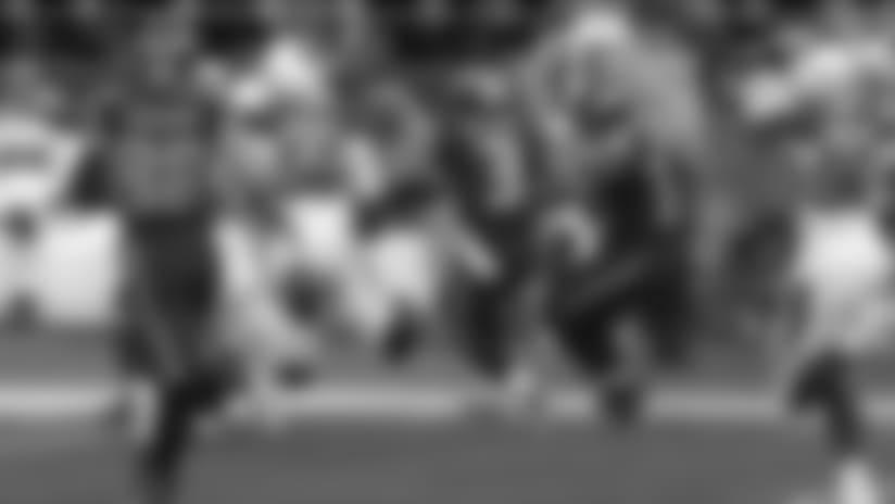 Mike Davis Dodges Defenders For 33-Yard Run