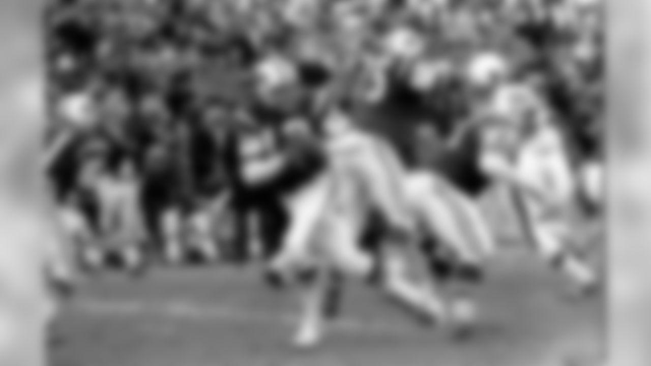 HOF QB Joe Namath drops back to pass against the Cincinnati Bengals at Shea Stadium on 12/8/68.